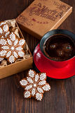 Weihnachtslebkuchenplätzchen und Kaffeetasse Lizenzfreie Stockfotografie