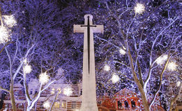 Weihnachtsleuchte-Bildschirmanzeige über dem Kreuz Stockfotografie