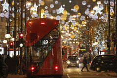 Weihnachtsleuchte-Bildschirmanzeige auf Oxford-Straße in London Lizenzfreie Stockfotos