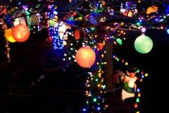 Weihnachtsleuchte-Kugelhintergrund Stockfotografie