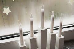 Weihnachtsleuchten im Fenster Lizenzfreies Stockbild