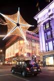 Weihnachtsleuchten Londons in der Oxford-Straße Stockfotografie