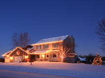 Weihnachtsleuchten und Wohnhaus Stockfotografie