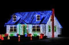 Weihnachtsleuchten zeigen Bildschirmanzeige auf Haus nachts Lizenzfreie Stockfotografie
