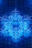 Weihnachtslichtdekoration auf einer Gebäudefassade im blauen Ton Stockbild