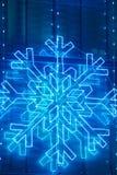 Weihnachtslichtdekoration auf einer Gebäudefassade im blauen Ton Stockfotografie