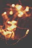 Weihnachtslichter über hölzernem Hintergrund Festliche Lichter, Girlande Lizenzfreies Stockbild