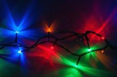Weihnachtslichter auf dunklem Hintergrund Lizenzfreies Stockfoto