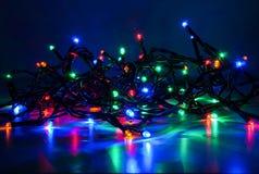 Weihnachtslichter auf dunklem Hintergrund Lizenzfreie Stockbilder
