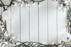 Weihnachtslichter auf hölzernem Hintergrund Lizenzfreies Stockfoto