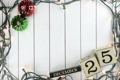 Weihnachtslichter auf hölzernem Hintergrund Stockfotos