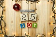 Weihnachtslichter auf hölzernem Hintergrund Lizenzfreie Stockfotos