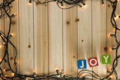 Weihnachtslichter auf hölzernem Hintergrund Stockfoto