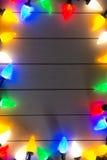 Weihnachtslichter auf hölzernem Hintergrund Lizenzfreie Stockfotografie