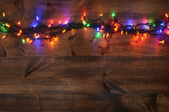 Weihnachtslichter auf Holz Lizenzfreie Stockfotos