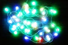 Weihnachtslichter, die auf Hintergrund glühen Stockfotografie