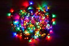 Weihnachtslichter, die auf Hintergrund glühen Lizenzfreie Stockfotos