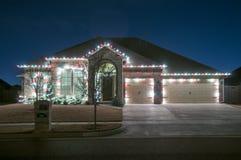Weihnachtslichter draußen auf einem Haus Stockfotos