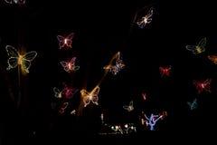 Weihnachtslichter fliegen als Schmetterlinge in der Nacht Lizenzfreies Stockfoto