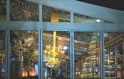 Weihnachtslichter im Fenster nachts lizenzfreie stockfotografie