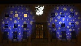 Weihnachtslichter projektierten auf der Fassade eines Gebäudes, Varese stock video