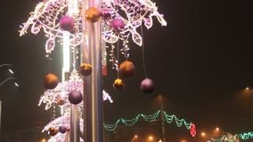 Weihnachtslichter und -kugeln stock video footage