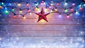 Weihnachtslichter und Stern-Hängen Stockfotografie