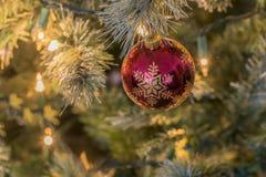 Weihnachtslichter und -verzierungen Stockfotografie