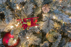Weihnachtslichter und -verzierungen Stockfoto