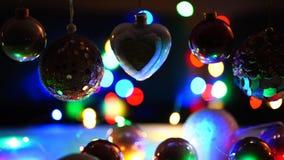 Weihnachtslichter und Weihnachtsballdetail stock footage
