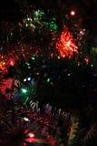 Weihnachtslichter und Weihnachtsdekoration in der Dunkelheit Lizenzfreies Stockfoto