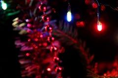 Weihnachtslichter und Weihnachtsdekoration in der Dunkelheit Stockbild
