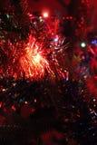 Weihnachtslichter und Weihnachtsdekoration in der Dunkelheit Lizenzfreie Stockfotos