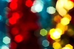 Weihnachtslichter verwischten das schwarze gelbe Blau des Bildes, rot Stockfoto