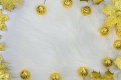 Weihnachtslichthintergrund, goldene Lichter auf flaumigem Pelz Modellebenenlage Stockfotografie