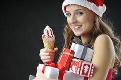 Weihnachtslustiges Mädchen mit Eiscreme Lizenzfreie Stockfotos