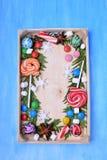 Weihnachtslutscher, Bonbons von verschiedenen Farben, Eibische und Thujaniederlassungen, die Kopienraum gestalten stockbild