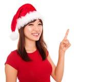 Weihnachtsmädchen, das auf Leerzeichen zeigt Stockfotos