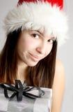 Weihnachtsmädchen, das ein Geschenk anhält Lizenzfreies Stockbild