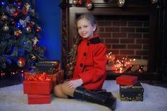 Weihnachtsmädchen in einem roten Mantel lizenzfreie stockfotos