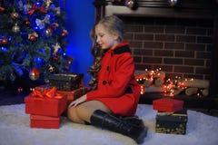 Weihnachtsmädchen in einem roten Mantel lizenzfreies stockfoto