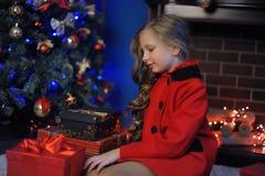 Weihnachtsmädchen in einem roten Mantel stockfotografie