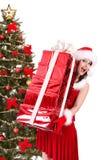 Weihnachtsmädchen im Sankt-Hut und im roten Geschenkkasten. Lizenzfreie Stockbilder