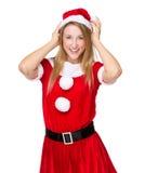 Weihnachtsmädchen justieren den Hut Lizenzfreie Stockfotografie