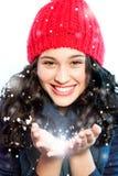 Weihnachtsmädchen mit Schnee in den Händen lizenzfreies stockbild