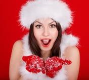 Weihnachtsmädchen in rotem Sankt-Hut. Lizenzfreie Stockfotos