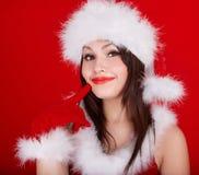 Weihnachtsmädchen in rotem Sankt-Hut. Lizenzfreie Stockbilder