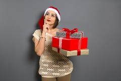 Weihnachtsmädchen schauen oben leeres Kopienraumgriff-Geschenkboxgeschenk Stockbilder