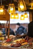 Weihnachtsmärkte in Lemberg Gegrilltes Gemüse, Würste und Fleischverkauf auf Straßenmarkt lizenzfreie stockbilder