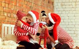 Weihnachtsmütter mit Söhnen Stockbilder